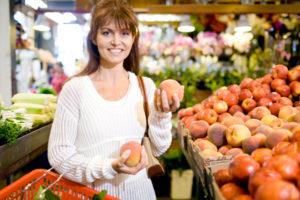 woman-shopping-for-organic-peaches